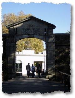 Porta das muralhas portuguesas - Colónia